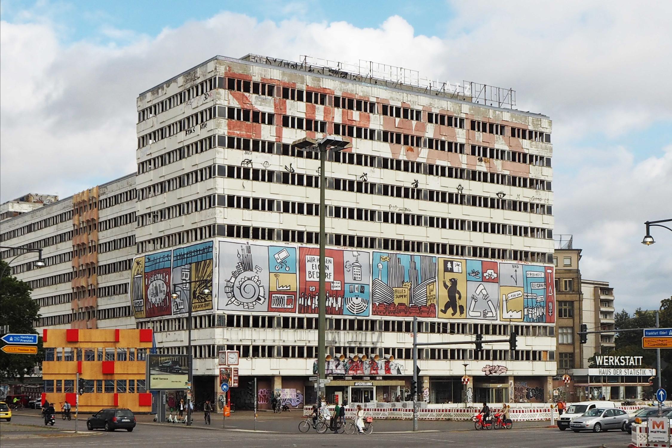 mit Illustration geschmückte Fassade des Haus der Statistik Bürokomplexes