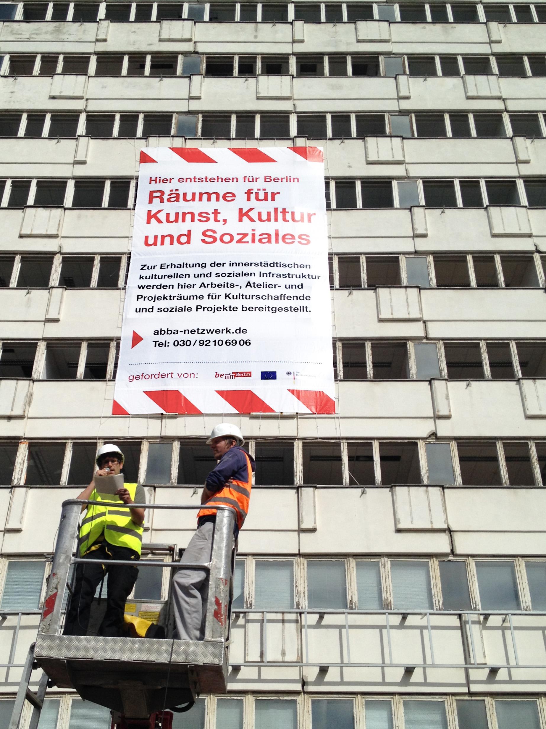 AbBA-Plakataktion mit Hubsteiger am Haus der Statistik, 2015